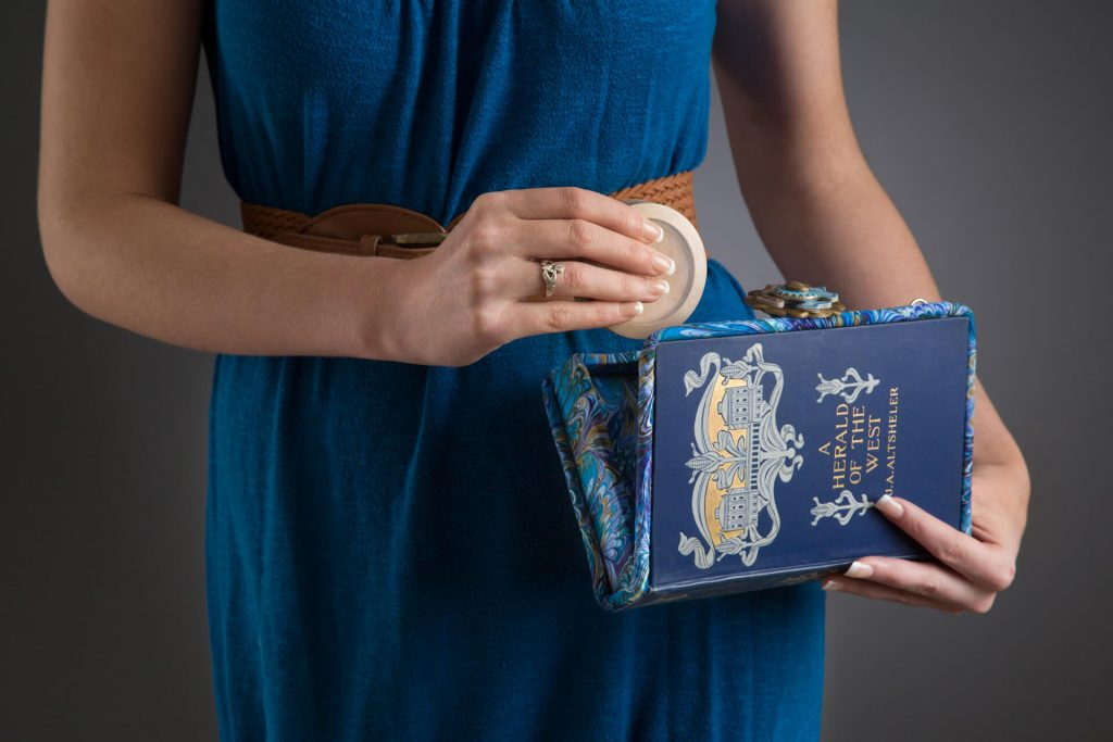BeeZ by Scranton, Kathleen Scranton: Book Purse from Vintage Books, handmade purse made of old book pages and covers